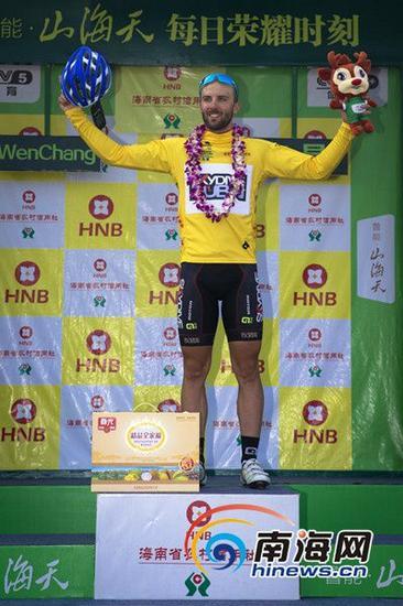来自阿联酋迪拜高空跳伞洲际车队意大利冲刺手安德鲁·帕里尼夺第二赛段冠军(环海南岛国际公路自行车赛组委会供图)