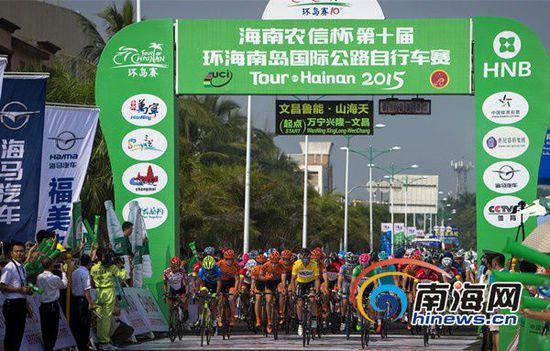 环岛赛第二赛段(万宁兴隆—文昌)展开角逐(环海南岛国际公路自行车赛组委会供图)