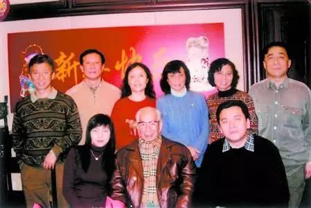 图片说明:王一平(前排中间)和家人