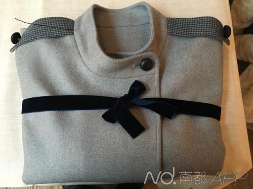 据介绍,这件披肩是采用彭丽媛的公开照片,通过计算机图像分析技术,计算出衣服尺寸的。