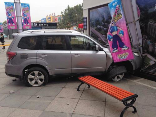 车祸现场,车轮已变形。