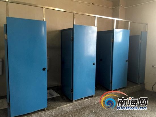 这间位于红城湖路上的公厕3天前还十分脏臭,经过工作人员3天的努力整改,如今变得干干净净,闻不到一丝臭味。(南海网记者周静泊摄)