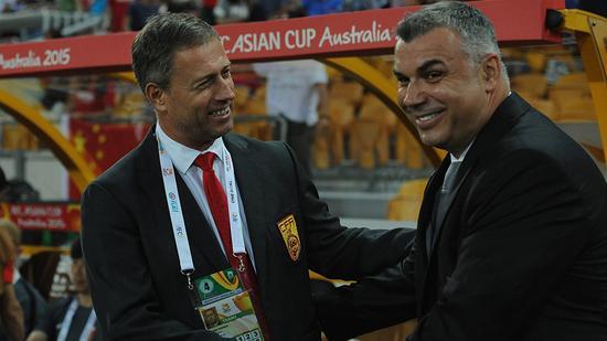 今年亚洲杯国足vs沙特,佩兰与时任沙特临时主帅的奥拉罗尤握手