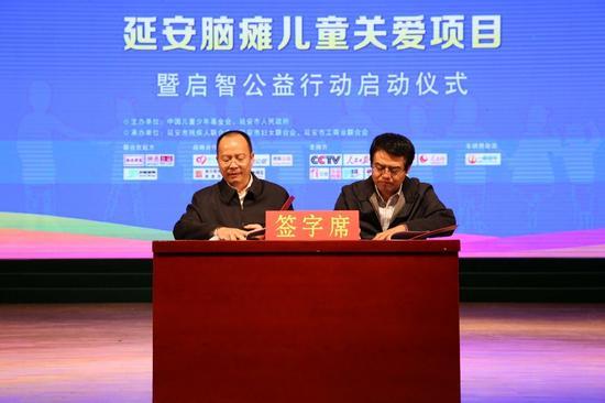 中国儿童少年基金会启智基金阳光大使李传杰和知名艺人欧阳青爱心演绎《爱的奉献》右:李传杰,左:欧阳青