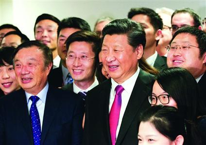 21日,习近平来到华为英国公司,与公司员工合影。