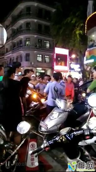黑衣男子与执法队员起冲突