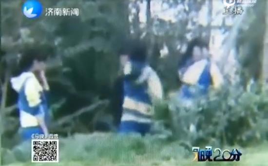 临沂3名女生围殴男生视频曝光(视频截图)