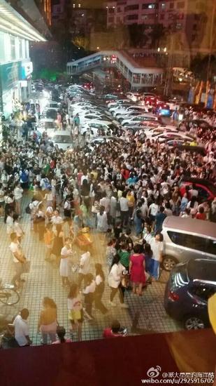 友谊广场门口挤满了人(网友供图)