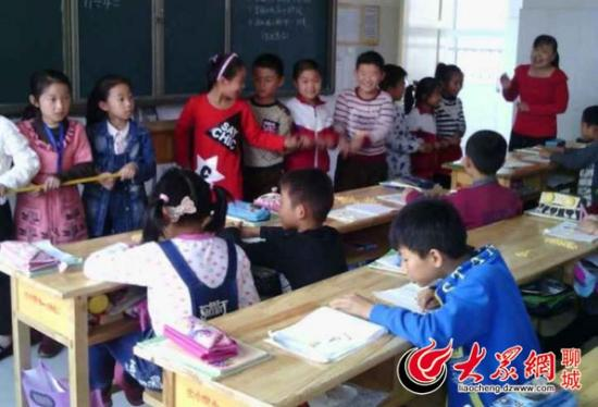 """山东省聊城市的嘉明经济开发区第一实验小学二年级每周一节的""""玩数学""""课程。"""