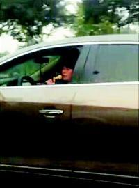 女司机和她的麦克风(图据网络)