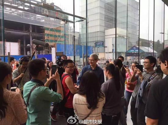 库克在杭州苹果西湖店于消费者合影(图片来源于微博)