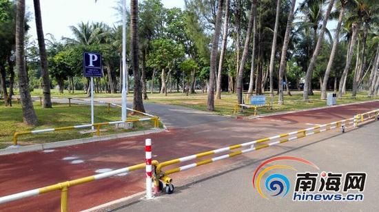 万绿园东门停车场被用护栏封住。南国都市报记者田春宇摄