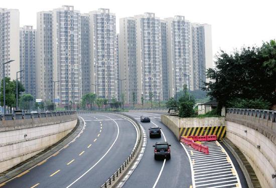 """成都红星路南延线中和段下穿路口因一栋小楼""""阻挡"""",三车道变一车道"""