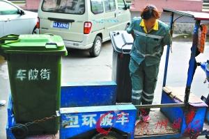 放下斜板可以拖着垃圾桶上车,减轻了环卫工劳动强度