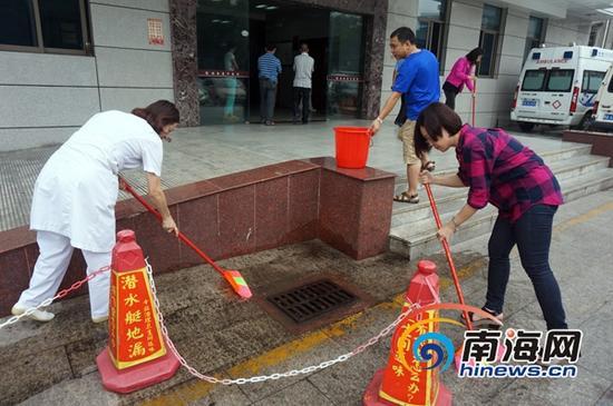 该院干部职工、正在对院内卫生死角进行大扫除。(南海网记者陈丽娜摄)
