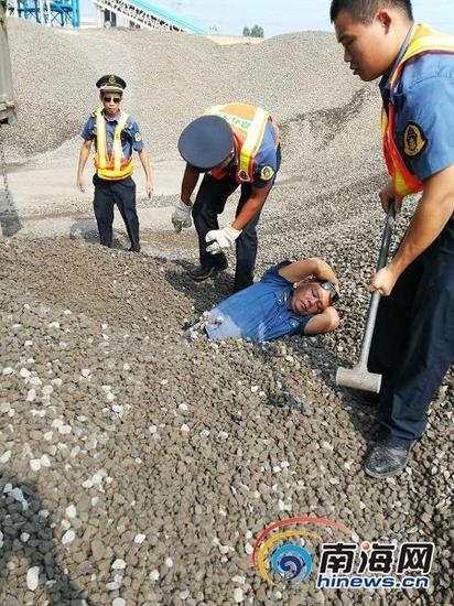 执法人员正在抢救被石子埋起来的梁定冲。执法人员供图