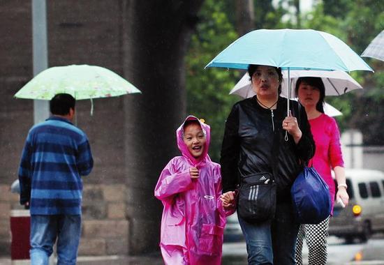 陕西19县人工增雨飞机助力 大风降温天气将来临