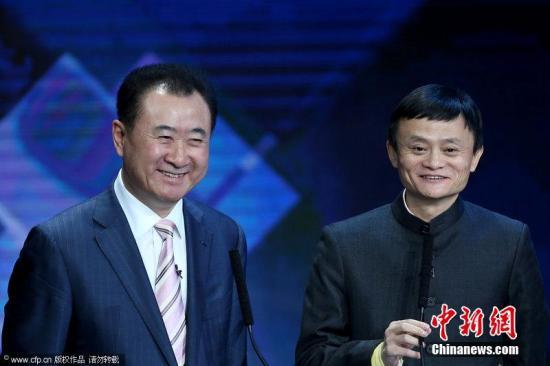 2012年中国经济年度人物颁奖盛典上,王健林、马云亮相成为颁奖嘉宾。丁丁 摄 图片来源:CFP视觉中国