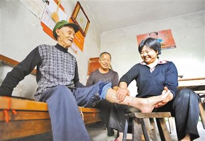 封孝利用药酒为患有关节炎的公公揉腿。