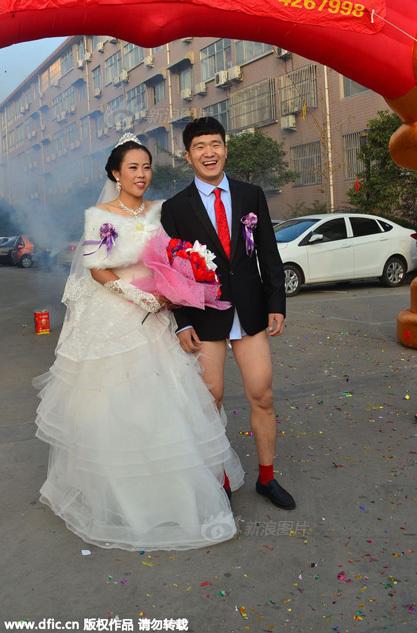 新郎裸上身迎娶新娘 凉秋时节仅着红内裤