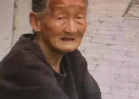 杭州1名86岁老人长住在公厕里