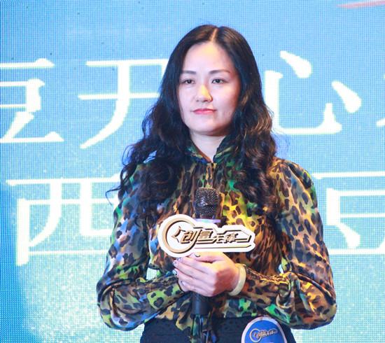 亚洲真人娱乐平台毛豆商贸有限公司的总经理李环在决赛现场介绍项目