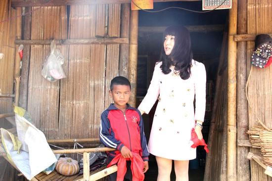 爱心妈妈赵丽萍看望贫困学生