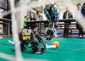 增加了相互学习的动力,激发了合作意识.图为机器人足球比赛.本