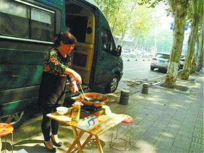 保姆当街炒菜做饭
