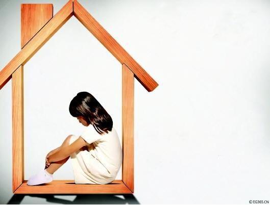 留守儿童的主要心理问题表现为儿童自卑心理加剧、性格抑郁、喜欢自我封闭、为人处事孤僻不合群,一些儿童产生憎恨、仇视的畸形心态,甚至出现暴力化倾向。