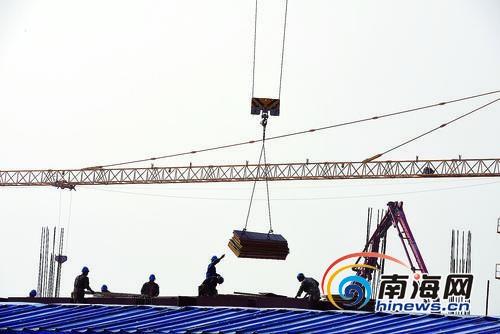10月17日,博鳌机场建设现场,施工人员正在加紧施工。特约记者蒙钟德摄