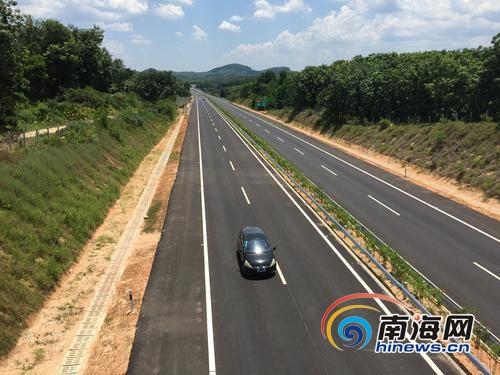 车辆在屯琼高速上行驶。南国都市报记者姚传伟摄