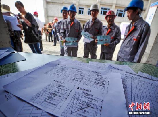 资料图:建筑用工企业展示为农民工发放工资的银行小票及缴纳工伤保险的复印件。