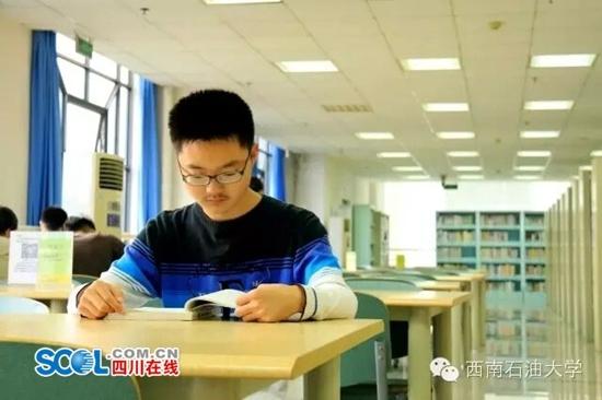 """西南石油大学""""00后""""新生王英汉"""