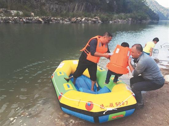 民警用皮筏艇救出被困者