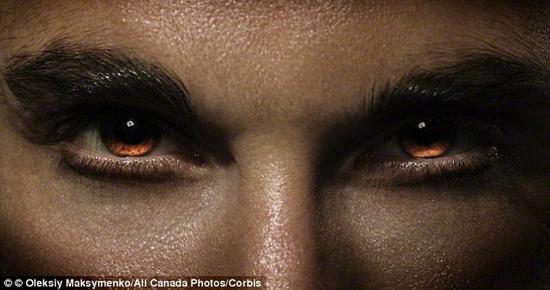 视频宣称,基因突变会令人双眼变红且拥有超能力。