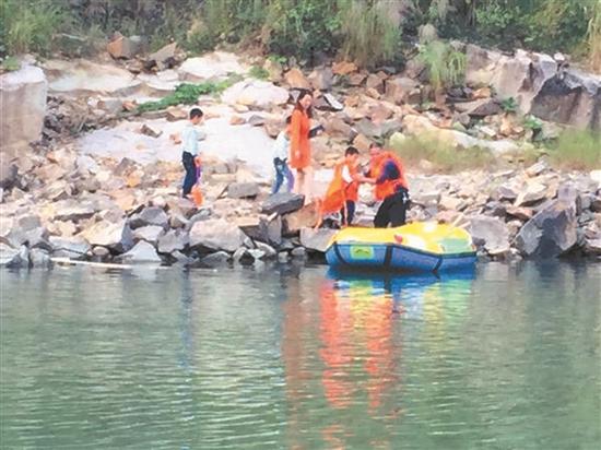 一名妇女带着三个小孩被困河对岸