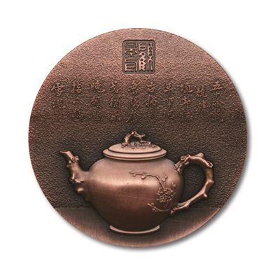 纪念顾景舟百年诞辰而首发的纪念铜章,记录了大师的工作场景和代表性作品。资料图片2