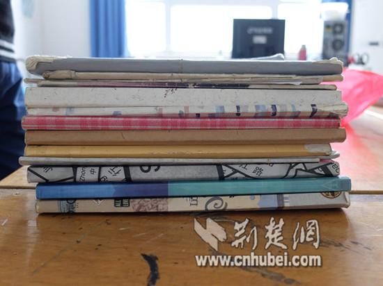15本手稿被同学翻破了不少,有的本子被田政权用纸包上了封面