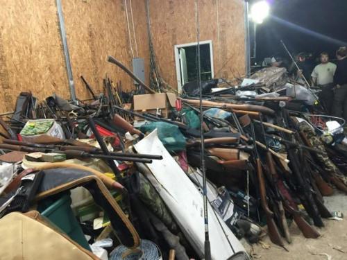 在毒贩家中缴获的枪支。(图片来源:切斯特菲尔德县警方)