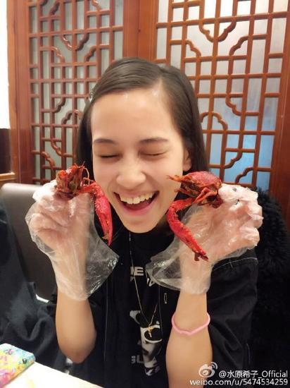你們居然認識系列:水原希子竇靖童簋街吃龍蝦