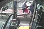 监拍男子公交车接连骚扰女孩 用手拽其头发