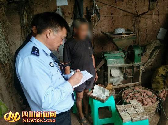 民警在卢大爷家中调查(警方供图)