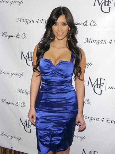 身穿暗蓝色褶皱连衣裙的金·卡戴珊