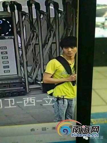 吴华站在校门口。(家长供图)
