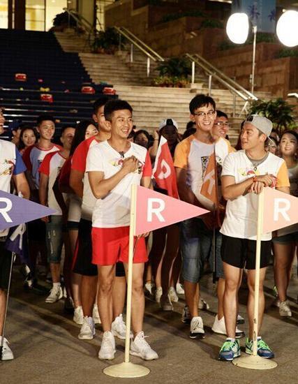 跑男团成员在国际会议中心里面录节目。