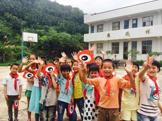 孩子们用笑脸欢送爱心图书馆探访小分队
