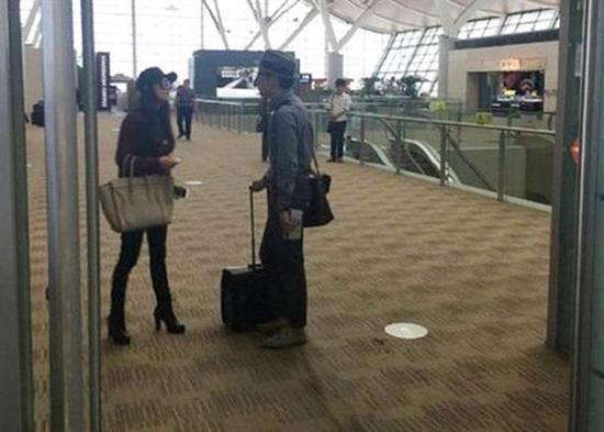 台媒:大陆炫富女称拿国产手机没资格坐飞机