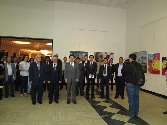 黎巴嫩文化部长罗尼·阿拉伊吉、中国驻黎巴嫩大使姜江、中国驻黎巴嫩大使向阿拉伯农工商会主席,法兰萨银行董事长阿德南·卡萨出席意会中国国际巡展首站黎巴嫩画展开幕式