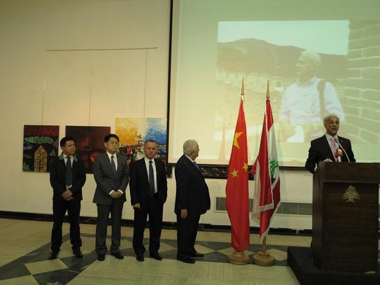 黎巴嫩艺术家尼扎尔在画展开幕式上代表赴中国的黎巴嫩艺术家发言
